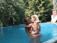 Красивая зрелая дама в лесбийском видео после купания лижет киску молодой любовнице