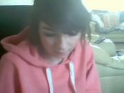 Молодая девушка для онлайн домашней мастурбации села перед вебкамерой