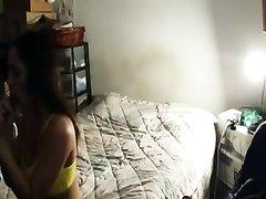 Скрытая камера в уютной спальне фиксирует вечерний секс парочки любовников