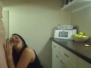Худощавая брюнетка на кухне радует татуированного друга домашним сексом