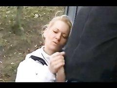 На улице зрелая блондинка в любительском видео дрочит большой член незнакомца