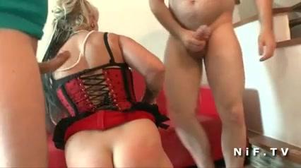 Пышная зрелая блондинка в корсете и чулочках в групповом домашнем видео