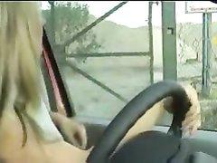 Блондинка за рулём оголив сиськи бесплатно мастурбирует член незнакомца
