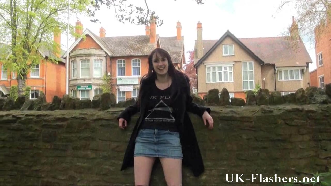 Молодая блудница в любительском видео на улице оголила сиськи и сняла трусики