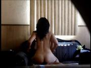 Латинская брюнетка в домашнем видео со скрытой камеры сняла белые штаны для интима