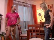 Чешская блондинка для секса с любовником расположилась на обеденном столе