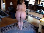 Пышная и фигуристая домохозяйка в видео вертит попой и делает минет от первого лица