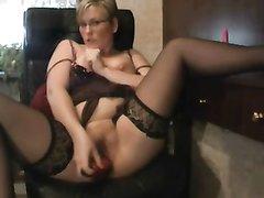 Зрелая и пышная блондинка в чулках в любительском видео шалит с вибратором