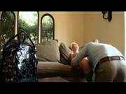 Зрелая блондинка в любительском видео на диване раздвинула ноги для куни