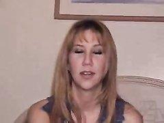 Наивная красотка с бритыми дырками в домашнем видео пососав член встала на карачки