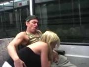 Блондинка предпочитает любительский секс с минетом в публичных местах