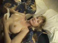 Белая нимфоманка в чулках в групповом видео трахается в зрелые щели с неграми