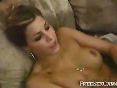 Домашняя мастурбация с розовой секс игрушкой привела модель с сквиртингу