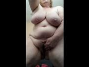 Зрелая и толстая домохозяйка сняла на видео домашнюю мастурбации киски