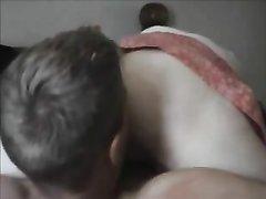 Зрелая женщина в домашнем видео после куни отдалась молодому напарнику
