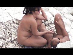 На пляже зрелая брюнетка бесплатно сосёт член незнакомцу перед скрытой камерой