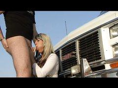 Худая и нежная блондинка любит сосать член перед анальным сексом на улице