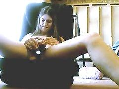 Девушка дрочит волосатую киску в любительском видео сидя перед вебкамерой