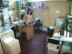 Любительскую мастурбации сотрудницы в чулках в офисе снимает скрытая камера