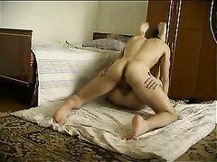 Любительская скрытая камера снимает секс похотливой парочки в кровати и на полу