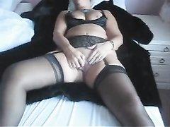 Полная зрелая блондинка в чулках для любительской мастурбации использует секс игрушку