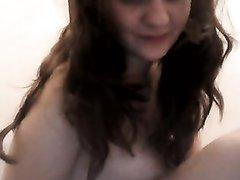 Крупным планом в домашнем видео молодая леди дрочит киску перед вебкамерой
