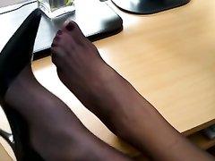 Брюнетка в чёрных колготках в видео радует поклонников домашним фут фетишем