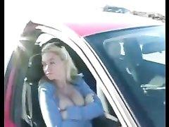 Блондинка в видео припарковалась для любительской мастурбации в авто