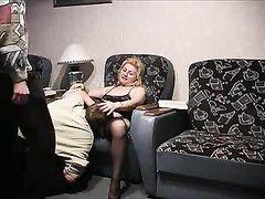 Зрелая толстуха в чулках для любительского секса втроём пригласила молодых коллег