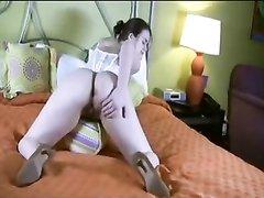 Молодая домохозяйка с большими сиськами в видео дрочит волосатую киску