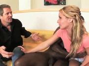 Блондинка в присутствии белого мужа бесплатно трахается с темнокожим любовником