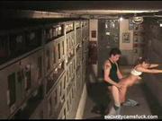 Секс озабоченной пары в подворотне снимает любительская скрытая камера