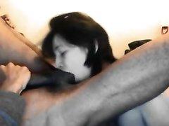 Влюблённая брюнетка делает домашний минет страстному негру в межрассовом видео