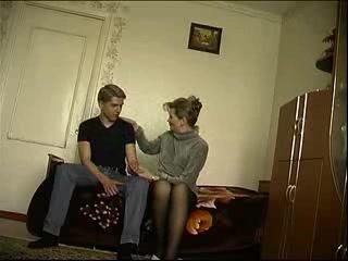 Русская зрелая домохозяйка в чулках подарила студенту халявный секс в постели