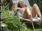 Любительскую мастурбацию зрелой дачницы подглядывает и снимает на видео сосед