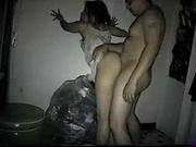 Для домашнего секса зрелая женщина оголила попу и прислонилась к стене