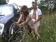 Водитель вывез зрелую француженку на природу для любительского секса