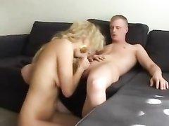Блондинка с бритой киской просит куни от парня взамен домашнего секса с минетом