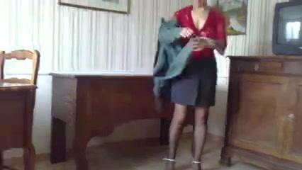 Зрелая женщина в чулках в любительском видео раздевшись дрочит клитор