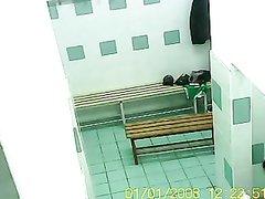 В общем душе домашнее видео с красотками снимает с потолка скрытая камера