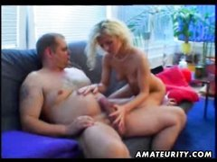 Худая зрелая блондинка развлекается с парнем в домашнем видео с куни и минетом