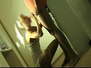 Блондинка сделав домашний минет добилась от гостя необузданного секса