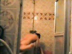 Зрелая толстуха в любительском видео трахается с молодым другом в душе