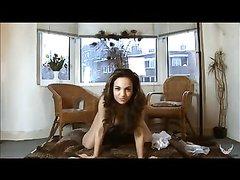 Арабская красотка в любительском видео разделась перед вебкамерой для мастурбации
