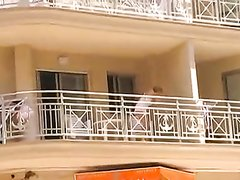 За домохозяйкой в лёгком халате на балконе подглядывают и снимают на видео