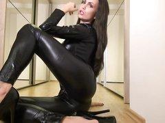 Брюнетка в латексе и на высоких каблуках позирует в любительском видео