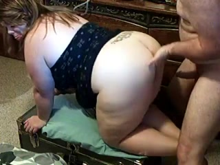 Зрелая толстуха способна на домашний секс только в коленно-локтевом положении