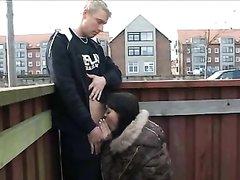 Шлюха на улице показывает сиськи и предлагает любительский секс с минетом