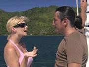 Красотка с бритой киской в анальном видео отдалась любовнику на борту яхты