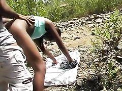 Негритянская парочка отправилась на природу для любительского секса
